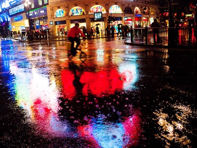 London When it Rains:  Lone Cyclist
